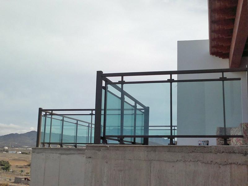 Barandilla para exteriores en aluminio y cristal para combinar vistas y seguridad en esta terraza