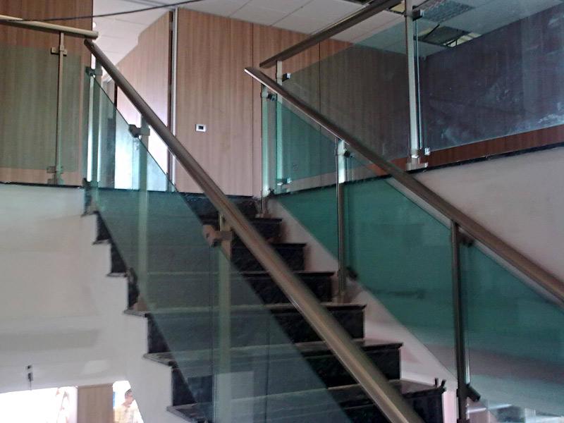 Barandilla para escalera interior combinando aluminio y cristal en esta vivienda en Fuerteventura