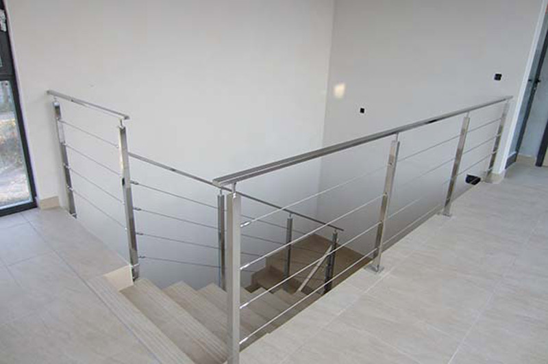 Barandilla de aluminio para escalera interior realizada en aluminio natural con cable de aluminio