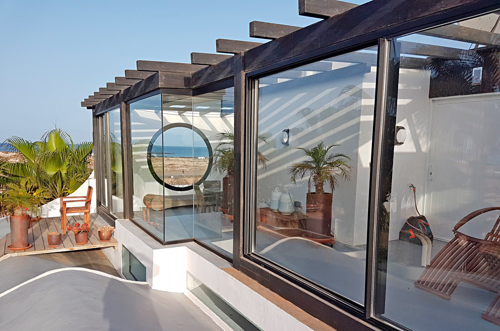 Moderno cerramiento de aluminio para terraza en fuerteventura