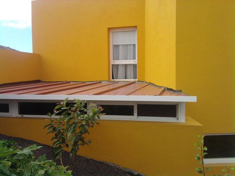 Vista de techo fijo de aluminio con ventanas altas