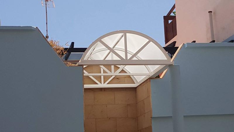 Soluciones prácticas y bellas con este diseño de techo para cubrir una zona de paso
