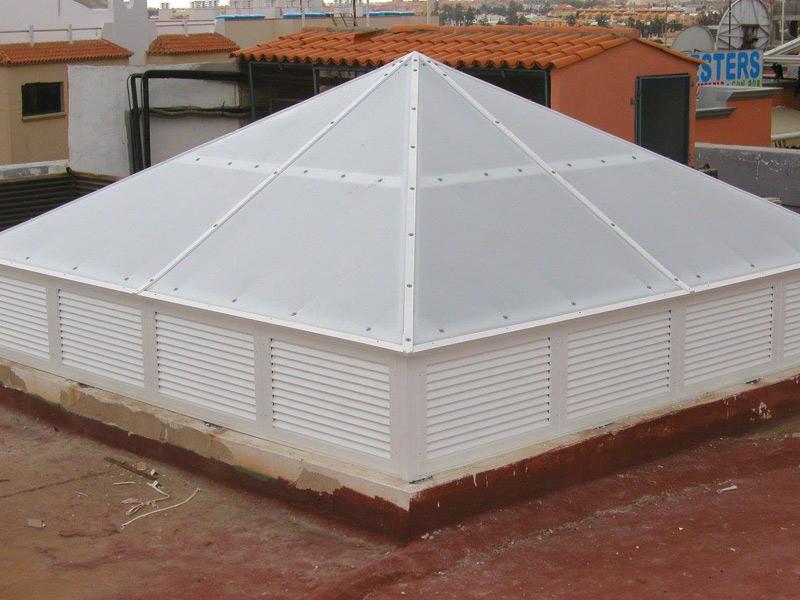 Diseño piramidal en aluminio para este patio de luz