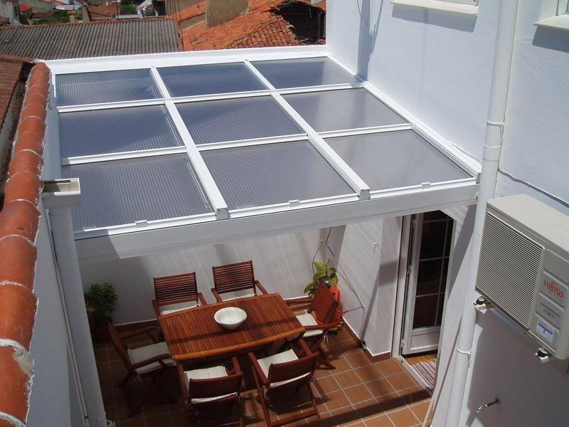 Techo de aluminio con paneles deslizantes para cubir el patio o terraza