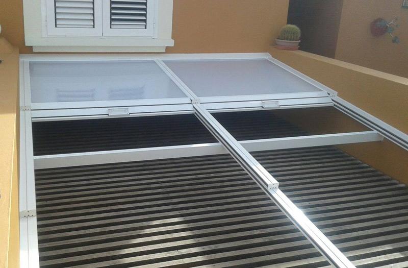 Detalle de los paneles deslizantes de este techo realizado en aluminio