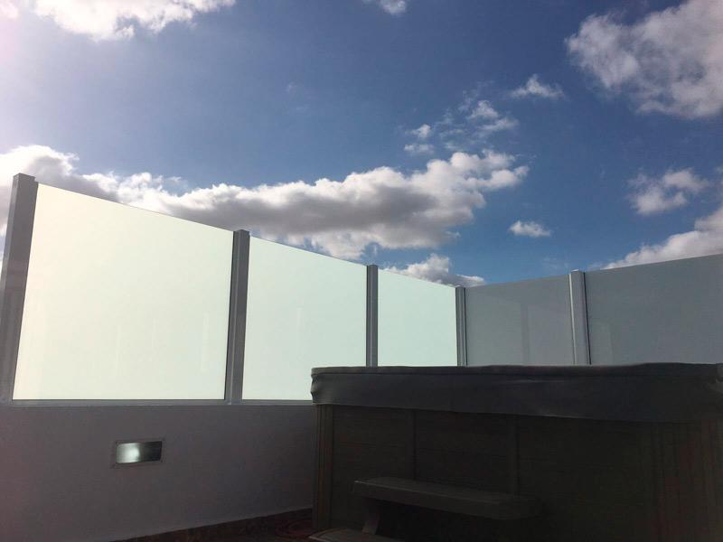 Mampara de separación en aluminio gris mate para negocios y empresas en Fuerteventura