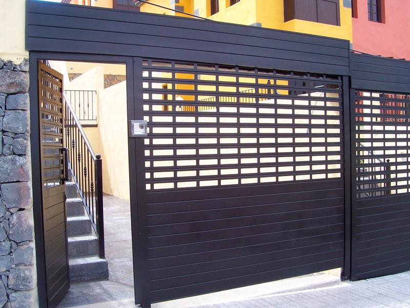 Puerta peatonal de exterior y vallado en aluminio negro mate para urbanización