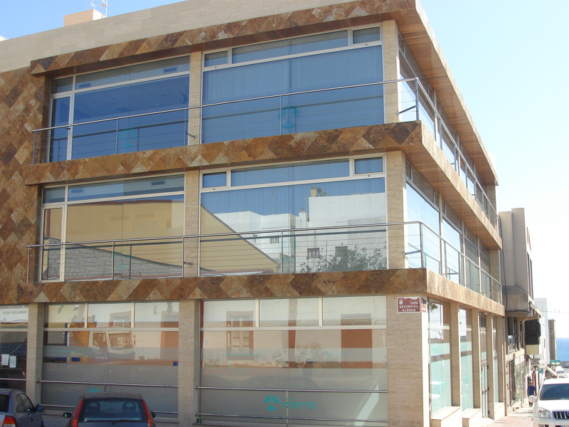 Ventanas de aluminio, puertas y amplios ventanales en esta obra realizada por Aluminios Fuerterra